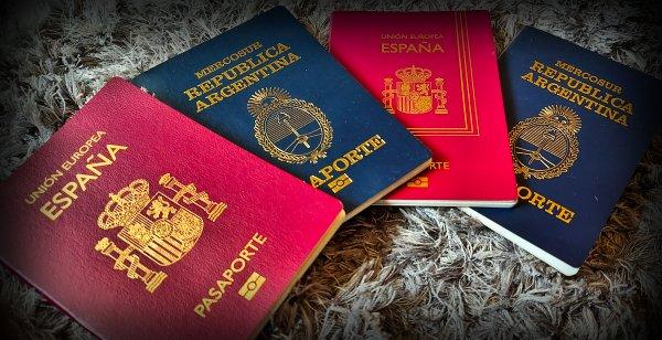 Pasaportes españoles y argentinos